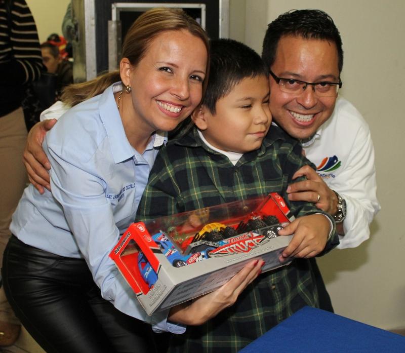 El alcalde acudió a entregar regalos por motivo de la Navidad